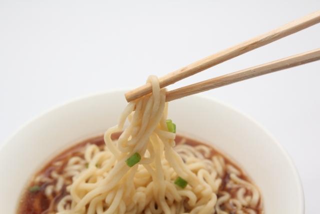 ママが支持するインスタント麺は、鍋不要のカップ麺か具アレンジの袋麺か?