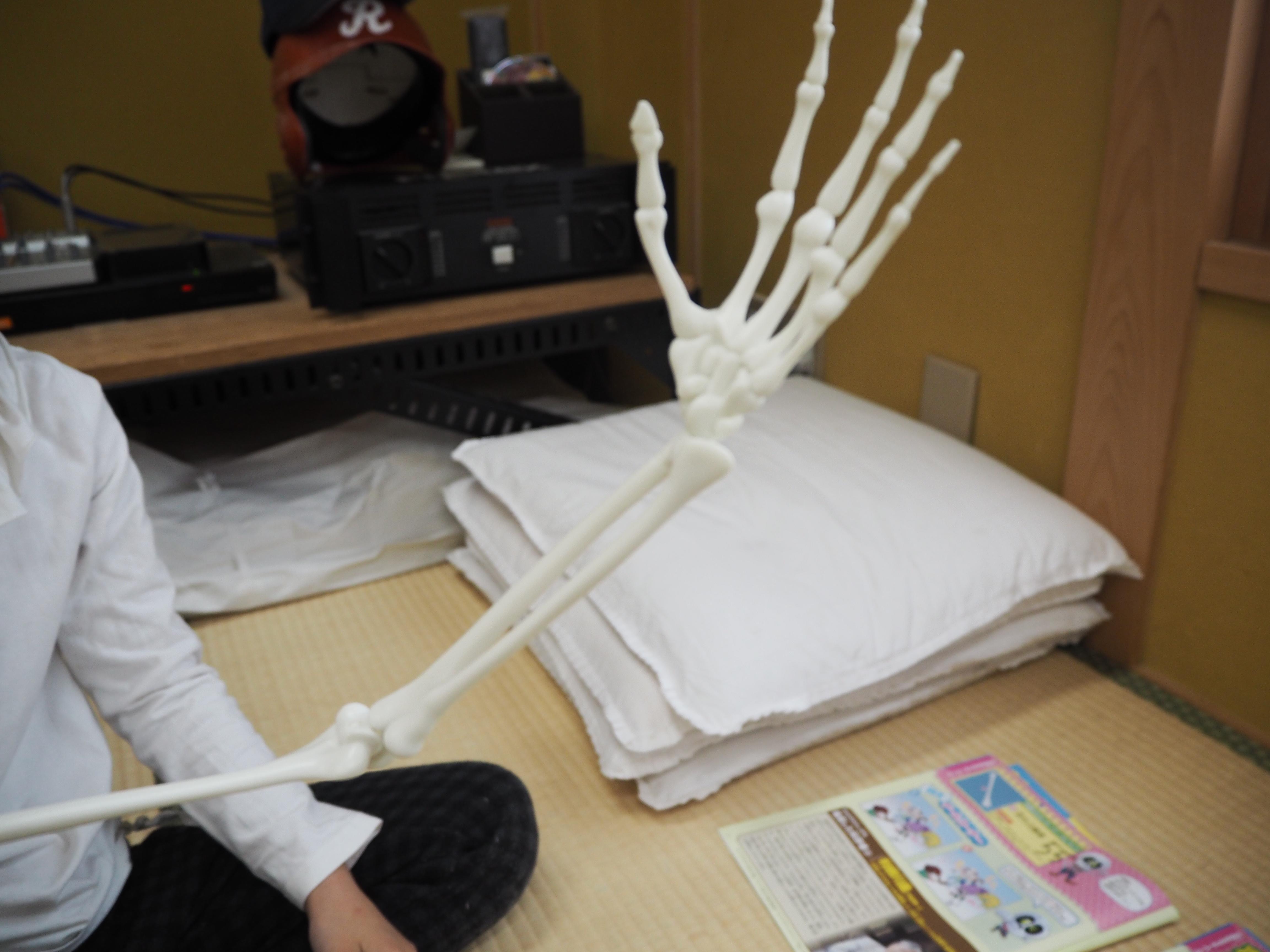 左腕が完成。ホネッキーはん、えらいスマートな腕、してはりますな。