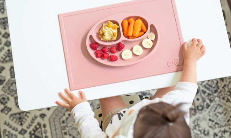 プレゼント!テーブルにくっついてひっくり返らないベビー食器「ezpz(イージーピージー)」