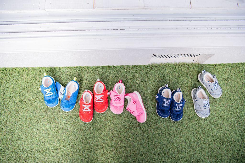 左から、ブルー、レッド、ピンク、ネイビー、グレー